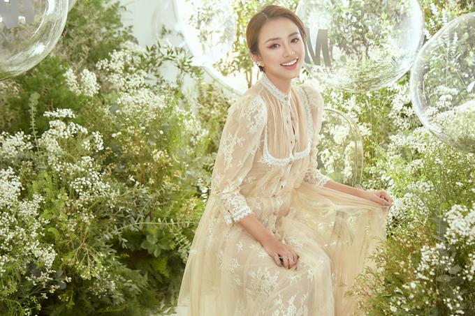 Thiên Trang nhẹ nhàng và sang trọng với váy ren theo phong cách cổ điển.