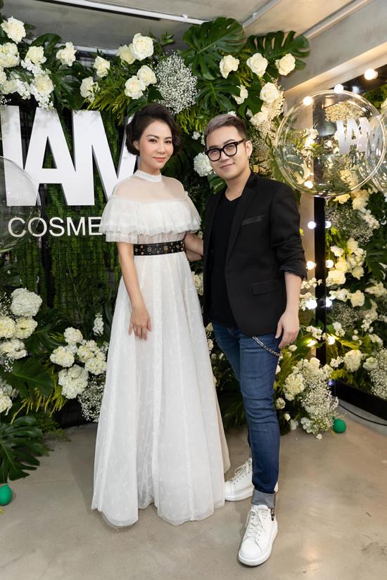 Thu Minh và dàn sao Việt cùng chọn váy ren trắng gợi cảm khi đến dự buổi giới thiệu sản phẩm làm đẹp của nhà thiết kế Chung Thanh Phong.