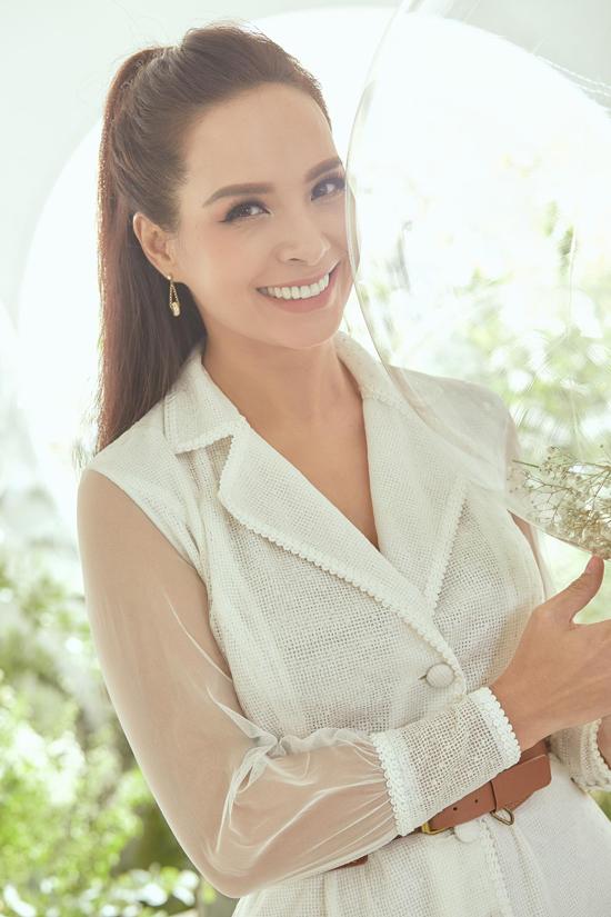 Thúy Hạnh chọn váy cổ vest vừa thanh lịch vừa sexy khi đến chúc mừng Chung Thanh Phong giới thiệu dòng mỹ phẩm mới.