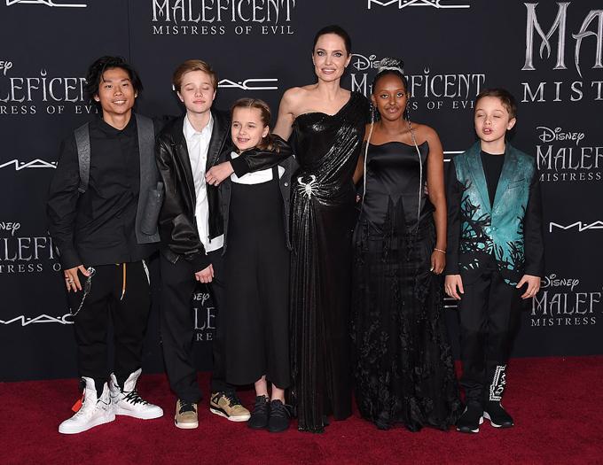 Jolie và các con chọn trang phục màu đen và thiết kế phá cách lấy cảm hứng từ bộ phim về thế giới của bà Tiên hắc ám.
