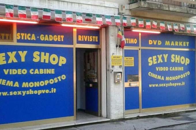 Cửa hàng tình dục nơi ông lão thuê một phòng để xem phim sex ở thị xã Marghera, Italy. Ảnh: Mirror.