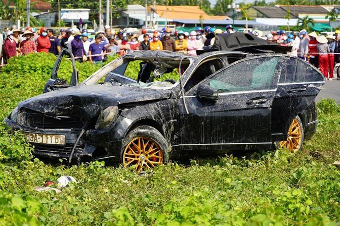 Chiếc xe gặp nạn được trục vớt lên bờ chiều 2/10. Ảnh: Hoàng Nam.