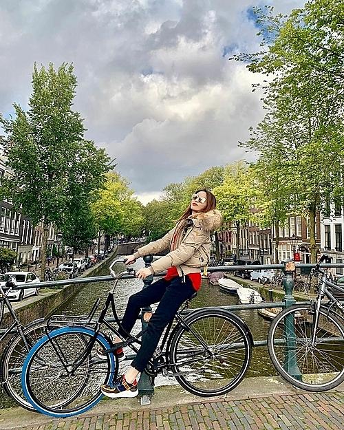 Kỳ Duyên và Minh Triệu đang tiếp tục hành trình rong ruổi cùng nhau khắp châu Âu. Sau Paris (Pháp), đôi bạn thân dừng chân ở Amsterdam (Hà Lan). Mỗi lần ra nước ngoài, Minh Triệu chia sẻ, cô đều ưu tiên sử dụng phương tiện công cộng, vừa tiết kiệm kinh tế, vừa hiểu hơn về cuộc sống của người dân địa phương. Đã từ lâu, đi du lịch với mình không chỉ đơn thuần là chụp ảnh check-in nữa rồi, cô nói.
