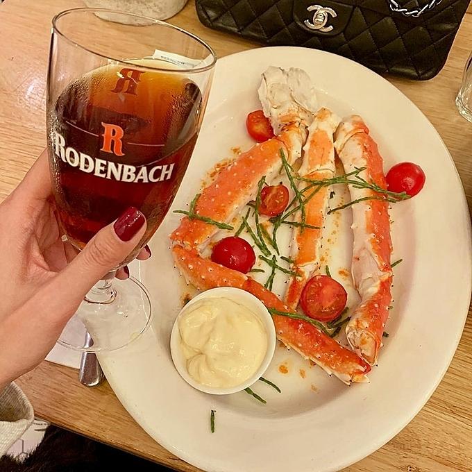 The Seafood Bar được nhiều du khách chấm điểm cao và đề xuất trên nhiều trang tư vấn ẩm thực cho du khách đến Hà Lan. Thuộc phân khúc giá cao, các món ăn ở nhà hàng đều chiều lòng được các thực khách khó tính. Chuỗi 4 nhà hàng do một người bán cá có kinh nghiệm trong nghề gần 30 năm mở năm 2012 và nhanh chóng trở thành điểm hẹn cho những tín đồ hải sản.