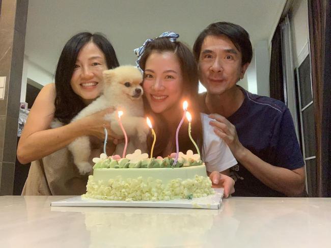 Baifern Pimchanok và ba mẹ trong ngày sinh nhật.