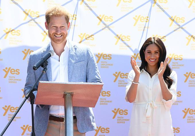 Trong bài phát biểu, với Meghan đứng phía sau, hoàng tử 34 tuổi đã kể lại những ngày bố mình, Thái tử Charles, đưa anh đến châu Phi những tháng sau khi mẹ, Công nương Diana, mất vào năm 1997. Kể từ khi còn là một cậu bé đặt chân đến đất nước này, cố gắng đương đầu với điều gì đó mà tôi không bao giờ có thể diễn tả được, châu Phi đã ôm tôi vào lòng. Tôi sẽ không bao giờ quên và luôn cảm thấy may mắn vô cùng vì điều đó. Mỗi lần đến đây, tôi đều biết rằng mình không cô đơn. Tôi luôn cảm thấy dù ở bất cứ nơi nào trên lục địa này, tôi đều được sống một cuộc sống phong phú, bắt nguồn từ những điều giản đơn nhất - như kết nối với con người và môi trường tự nhiên. Và khi nuôi dạy con trai mình, tôi sẽ đảm bảo truyền lại cho con những gì tôi đã học được ở đây - giá trị của thế giới tự nhiên, giá trị của cộng đồng và tình bạn.