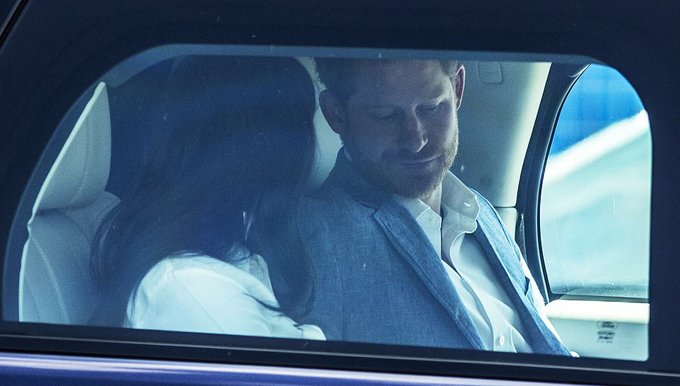 Cặp vợ chồng lên xe ra về với con trai Archie sau khi kết thúc sự kiện.