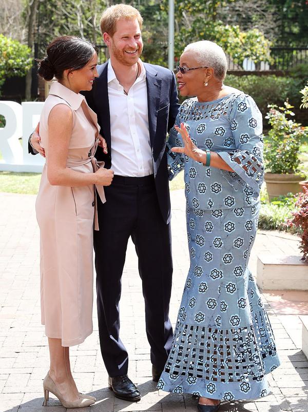 Vào buổi chiều cùng ngày, vợ chồng Harry - Meghan gặp gỡ phu nhân của cố Tổng thống Nam Phi Nelson Mandela, phu nhân Graca Machel ở Johannesburg. Đây là sự kiện cuối cùng của cặp vợ chồng hoàng gia nước Anh trước khi kết thúc chuyến công du kéo dài 10 ngày.