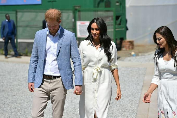 Cả hai luôn nắm tay không rời dù vừa đi vừaphải tiếp chuyện với quan chức địa phương.