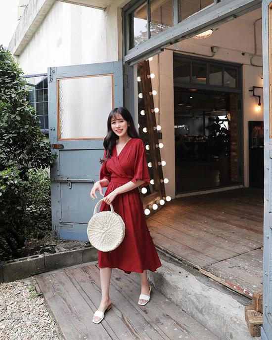 Váy mang hơi hướng cổ điển, tông màu hợp mốt sẽ là phép cộng hoàn hảo khiến người mặc trở nên sành điệu hơn.