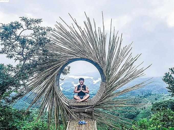 Lấy ý tưởng từ tổ chim ở Bali, những người làm homestay thiết kế một tiểu cảnh từ tre nứa, tạo thành một con mắt khổng lồ, phía xa là hồ nước nổi bật. Nhiều du khách còn nhận định, tổ chim ở Tà Đùng còn đẹp hơn ở Bali vì hậu cảnh hùng vĩ, hơn nữa, bạn không phải xếp hàng chờ đợi quá nhiều người mới tới lượt.