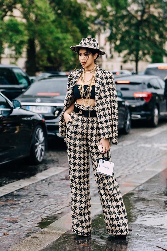 Góp mặt trong show diễn của Chanel, Thảo Tiên chọn bộ suit mang họa tiết đồng bộ mix cùng áo crop-top và mũ nón