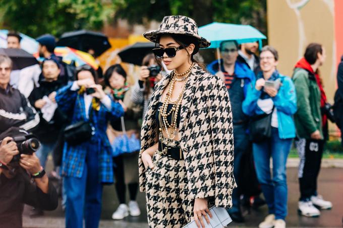 Lối mix-match ấn tượng với trang phục đúng xu hướng giúp Thảo Tiên gây được sự chú ý của khán giả và báo giới tại Pháp.