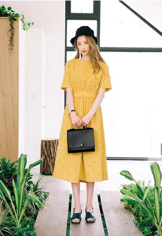 Đàm dáng dài, váy nhấn eo, đầm mang hơi hướng phong cách retro được thể hiện đa dạng trên chất liệu vải cotton tông vàng bắt mắt.