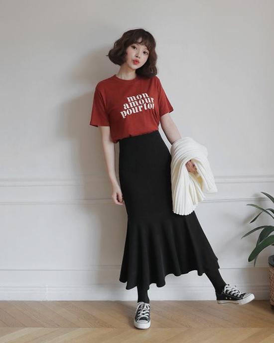 áo thun và chân váy là lối kết hợp vô cùng đơn giản những luôn mang lại hiệu quả cao trong việc tôn nét năng động, đáng yêu cho bạn gái.