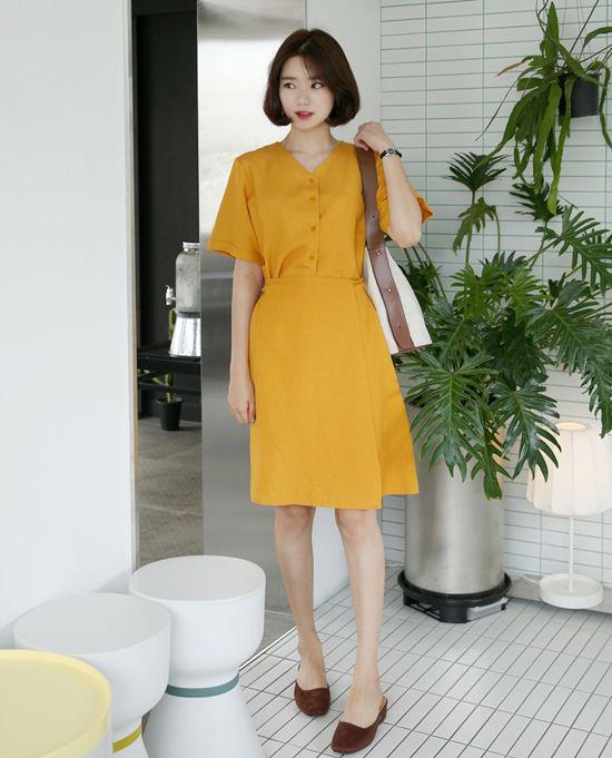 Vào mùa thu, váy áo tông vàng mù tạt luôn được lòng những cô nàng sành mốt.