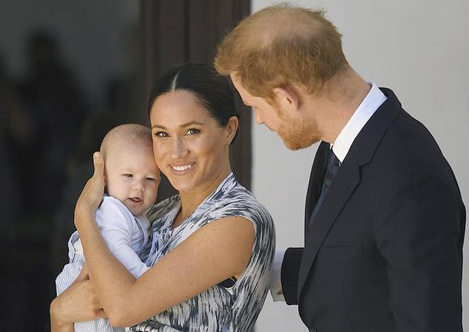 Vợ chồng Harry - Meghan và con trai Archie đi gặp Đức Tổng Giám mục Tutu ở Cape Town, Nam Phi hôm 25/9. Ảnh: PA.