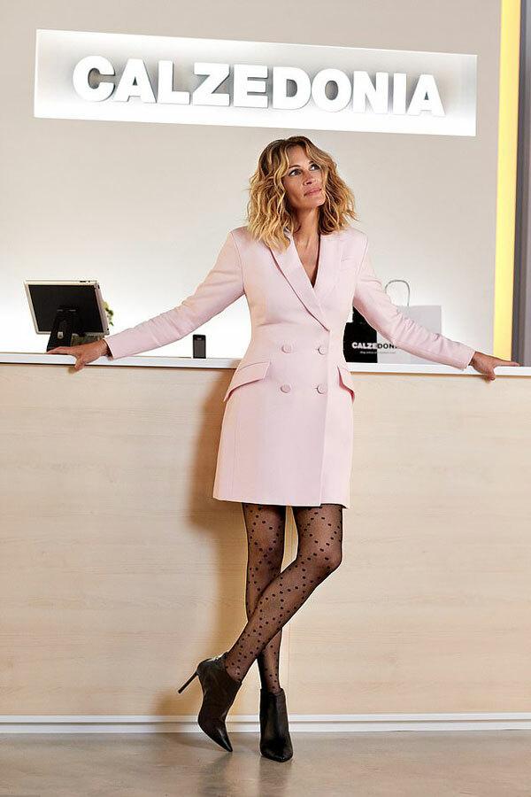 Julia Roberts làm gương mặt đại diện cho thương hiệu quần tất và legging Calzedonia. Cô mặc vest hồng kết hợp với những đôi tất đa họa tiết trẻ trung, năng động của hãng.