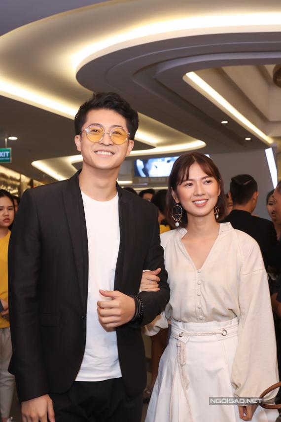 Harry Lu đầy thân thiết với Oanh Kiều - bạn diễn cặp của anh trong phim Thật tuyệt vời khi ở bên em ra rạp hồi tháng 8. Oanh Kiều hiện đang xuất hiện trong phim Tiếng sét trong mưa vớivai con gái của Nhật Kim Anh.