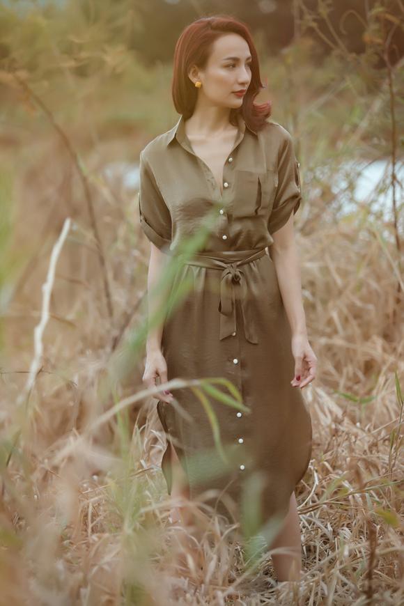 Váy sơ mi cũng là thiết kế chiếm trọn cảm tình của nhiều quý cô nhờ vẻ thanh lịch nhưng không kém phần quyến rũ.