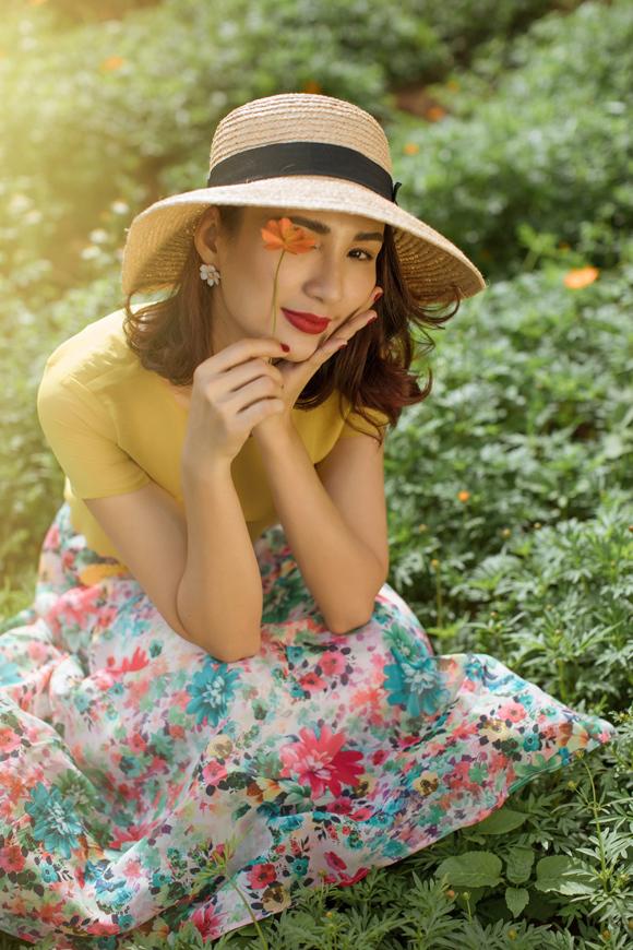 Cách kết hợp trang phục cùng  mũ cói rộng vành giúp người mặc hoàn thiện hình ảnh lãng mạn, đầy chất thơ.