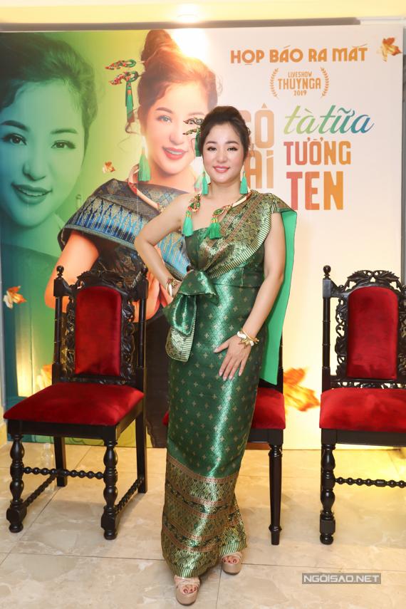 Thúy Nga mặc đồ phụ nữ Thái Lan trong buổi họp báo liveshow chiều 2/10. Ảnh: Maison de Bil.