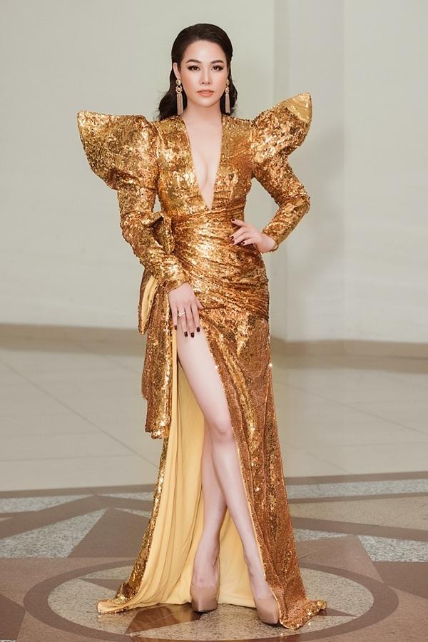 Nhật Kim Anh khoe vóc dáng gợi cảm ở tuổi 34. Màu vàng ánh kim cũng giúp tôn lên làn da trắng của người đẹp quê Thanh Hóa.