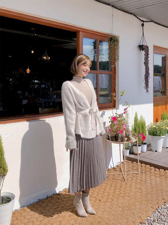 Nếu muốn thể hiện vẻ điệu đà khi xuống phố thì bạn gái có thể chọn thêm áo khoác, áo choàng lông nhân tạo để phối cùng chân váy xếp ly.