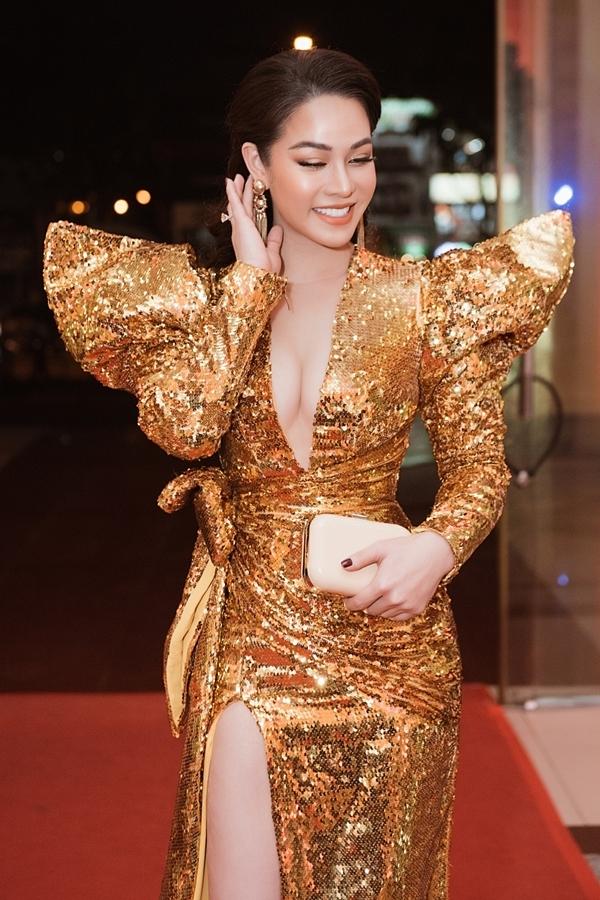 Nữ diễn viên phối trang sức, clutch đồng điệu.