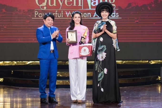MC Quỳnh Hoa trao cúp lưu niệm cho Nhật Kim Anh.