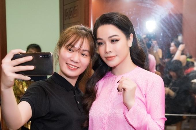 Nhiều khán giả chụp ảnh kỷ niệm cùng Nhật Kim Anh. Sắp tới, cô mong tiếp tụcthuận lợi hơn trong công việcvà sớm giành lại quyền nuôi con trai Bửu Long - kết quả tình yêu của côcùng chồng cũ Bửu Lộc.