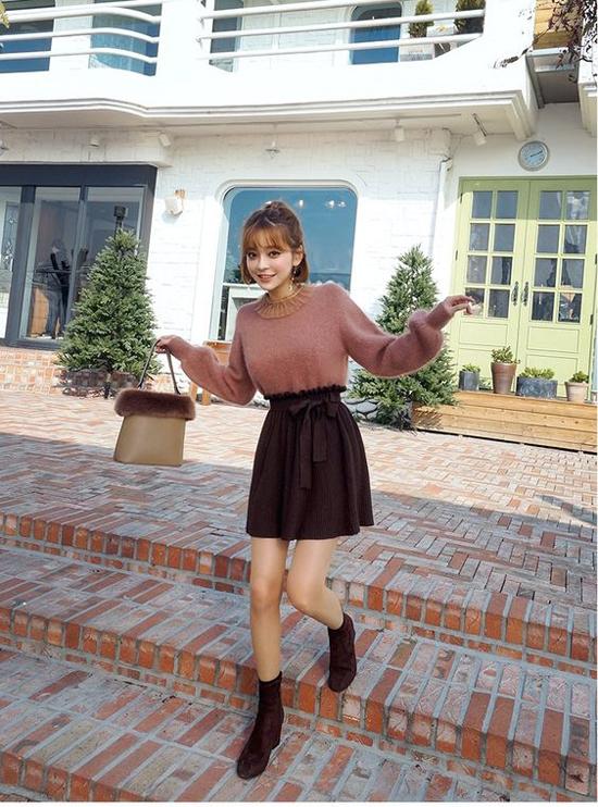 Các kiểu chân váy ngắn xinh xắn vẫn có thể chưng diện trong mùa se lạnh. Nhưng chúng phải được phối cùng các kiểu áo len lông, áo dạ, áo nỉ và bốt cổ thấp đi kèm.