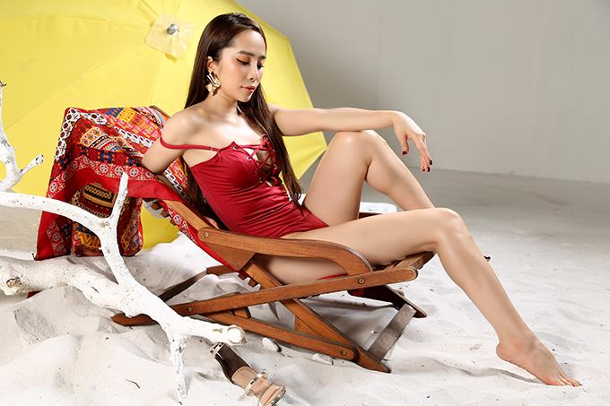 Những thiết kế áo tắm của Cao Minh Tiến giúp Quỳnh Nga khoe tối đa đường cong gợi cảm.