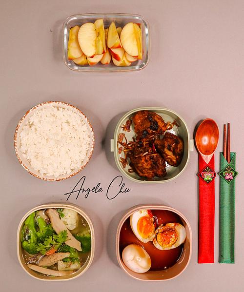 Không chỉ nấu các bữa ăn gia đình, Angela Minh Châu cũng thường xuyên chuẩn bị cơm hộp để mang theo đi làm. Cô bảo món ăn Việt đa dạng nên vừa không bị ngán lại đủ dinh dưỡng cho suốt cả ngày làm việc.