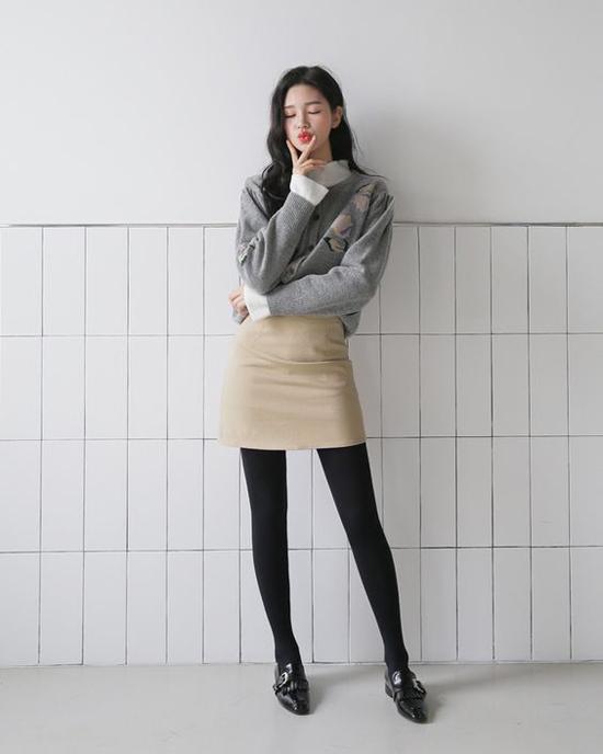 Set đồ cho các nàng thích diện váy áo mùa thu theo phong cách sexy với chân váy ngắn, áo nỉ. Phụ kiện phối cùng giày loafer là tất chân tiệp màu.