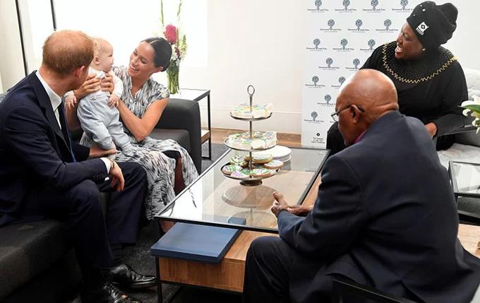 Vợ chồng Harry - Meghan đưa con trai Archie tới gặp vợ chồng Đức Tổng Giám mục Tutu tại Cape Town, Nam Phi hôm 25/9. Ảnh: Reuters.