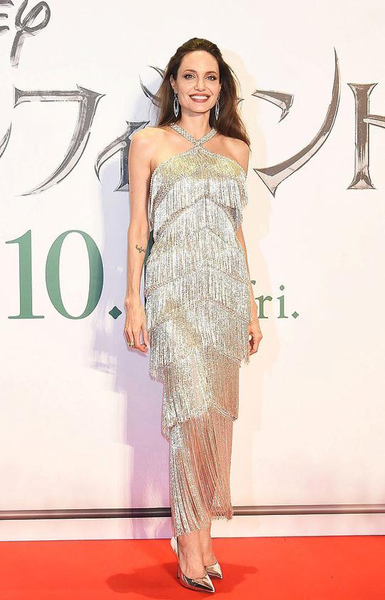Angelina Jolie gợi cảm trên thảm đỏ ở Tokyo trong bộ đầm Ralph & Russo.