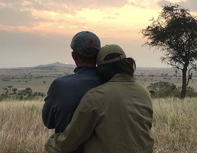 Bà Michelle ôm và ngả đầu vài vai chồng khi đứng ngắm mặt trời mọc. Ảnh: Twitter.