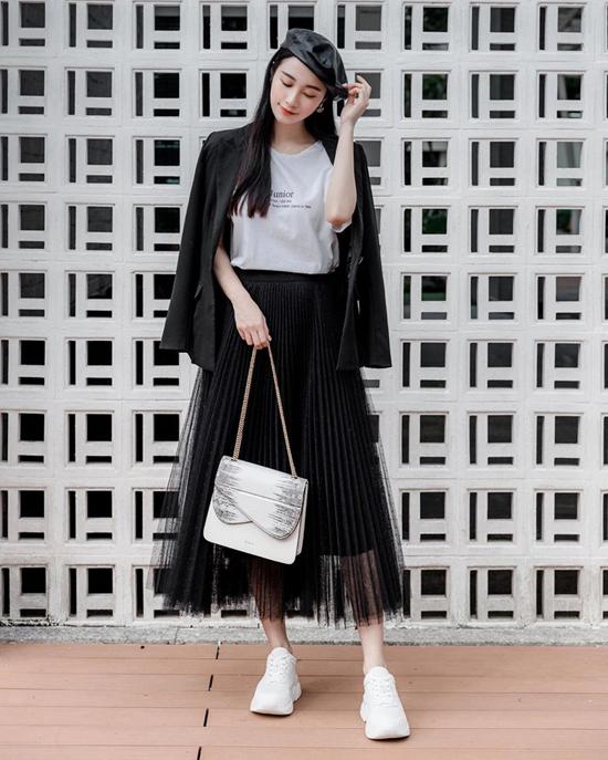 Mặc chân váy vải tuyn cùng áo thun, áo khoác blazer như Jun Vũ là phong cách đang được ưa chuộng ở mùa mốt năm nay.
