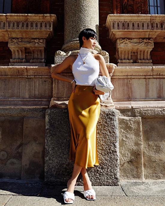Nếu có vóc dáng mảnh mai thì các nàng có thể chọn chân váy lụa mix cùng áo ba lỗ cao cổ như Khánh Linh The Face.