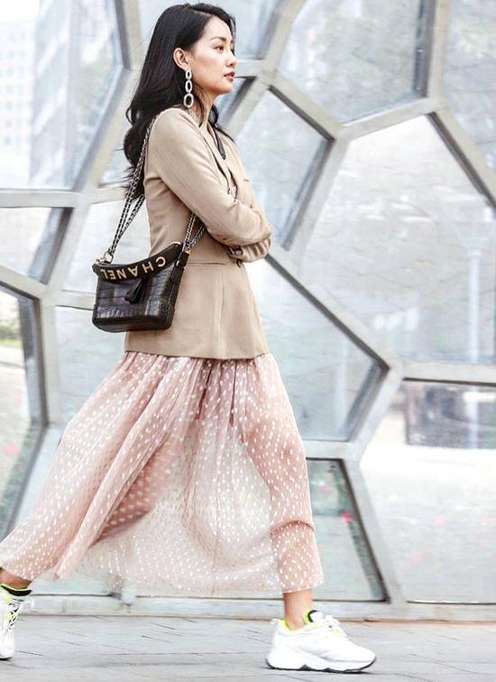 Các nàng công sở cũng có thể áp dụng cách mix đồ dạo phố của Quỳnh Chi gồm blazer, chân váy tuyn và giày thể thao để hòa cùng trào lưu mới.