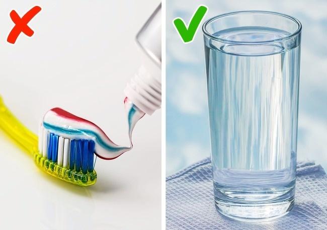 Đánh răng ngay khi vừa thức dậyCác nhà khoa học khuyên rằng, bạn nên uống một cốc nước lọc ấm ngay khi vừa thức dậy, trước khi đánh răng để đánh thức cơ thể và thúc đẩy tiêu hoá.