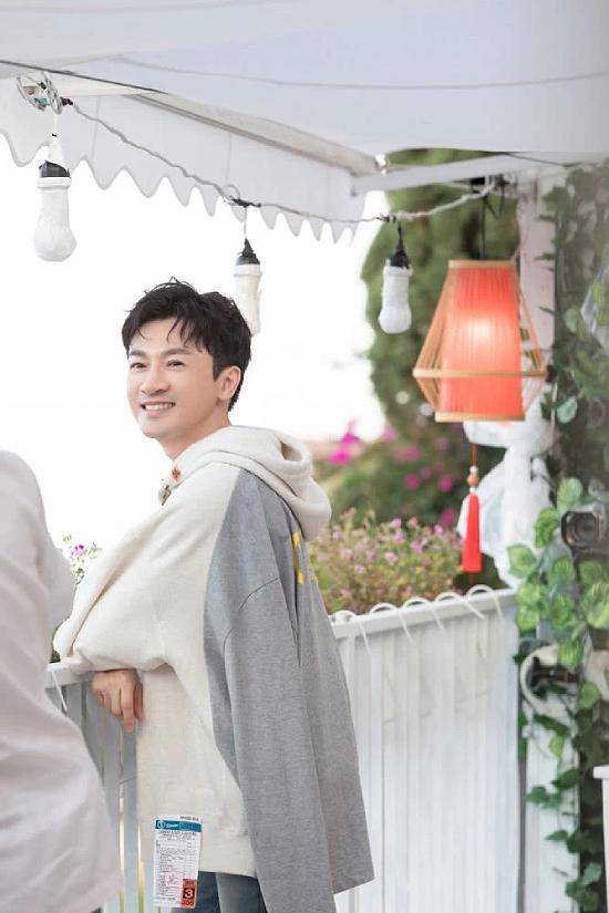 Dù không còn trẻ hay mới mẻ, Tô Hữu Bằng vẫn là gương mặt quảng cáo được ưa chuộng, anh cũng thường góp mặt trong các show truyền hình, tạp kỹ, gần đây nhất là Đối tác âm nhạc.
