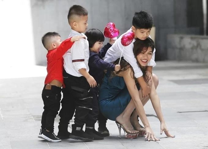 Mới đây, Oanh Yến thông báo mang thai con thứ sáu được ba tháng. Vợ chồng cô vui mừng vì thỏa mong ước đông con cho vui nhà vui cửa. Nữ hoàng sắc đẹp Thế giới 2019 hy vọng em bé tiếp theo sẽ là con trai để cân bằng 3 con trai, 3 con gái. Hiện gia đình Oanh Yến sống trong một căn hộ chung cư cao cấp tại TP HCM. Ông xã cô đang xây biệt thự triệu đô ở Bình Dương cho cả nhà chuyển về khi các con lớn hơn, cần nhiều không gian chơi đùa, chạy nhảy.