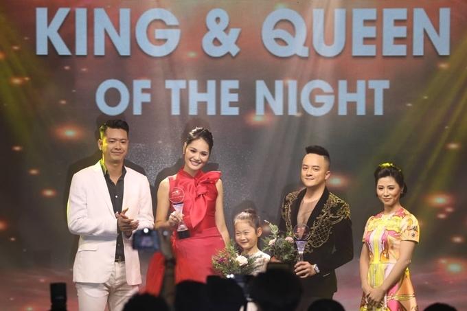 Hoa hậu Hương Giang và ca sĩ Cao Thái Sơn nhận giải King & Queen of the night. Bé Panda theo mẹ lên sân khấu để nói lời chúc mừng mẹ.