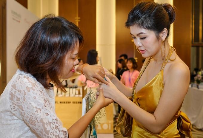 Oanh Yến sinh năm 1986, ở Vũng Tàu. Cô xuất thân là người mẫu, từng tham dự nhiều cuộc thi sắc đẹp trong và ngoài nước. Oanh Yến lọt top 15 Hoa hậu Thế giới người Việt 2010, đăng quang Hoa hậu Toàn cầu 2015 tại Philippines và giành danh hiệu Nữ hoàng Sắc đẹp Thế giới 2019 ở Hàn Quốc tháng 7 năm nay.