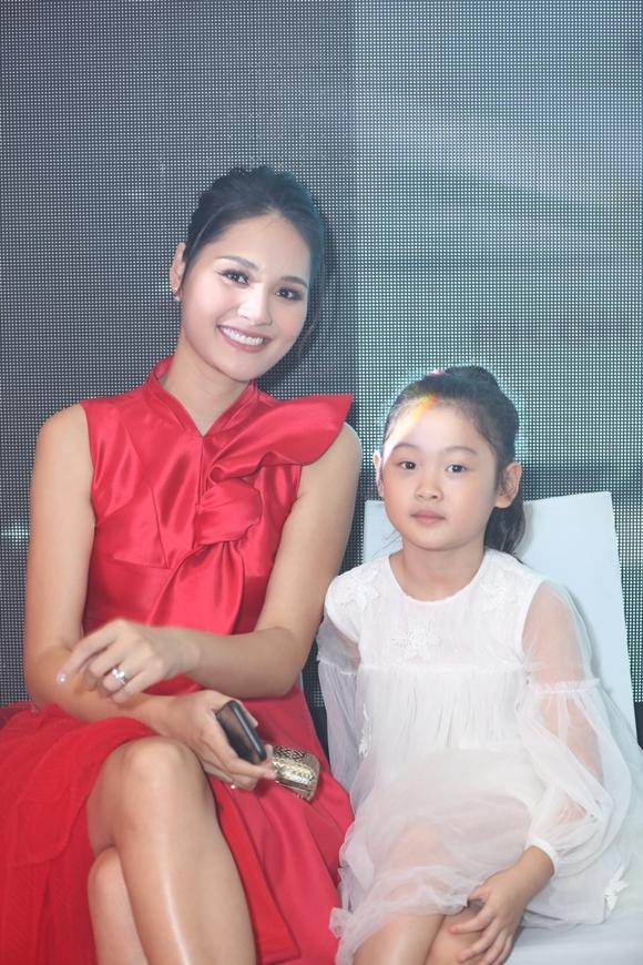 Hương Giang chia sẻ đây là lần đầu con gái cô được theo mẹ đi sự kiện. Bé tỏ ra thích thú, chăm chú quan sát từ đầu đến cuối.