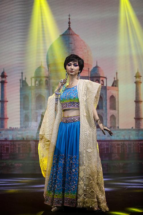 Ngô Lan Thanh với bộ trang phục Lehega Choli Saree phổ biến ở Bắc Ấn. Cô kết hợp nét cổ điển và hiện đại với lối trang điểm nhấn vào đôi mắt to tròn, hàng chân mày cánh cung.