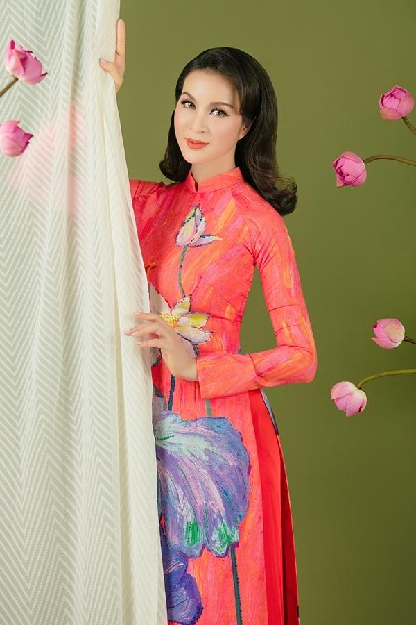 Những gam màu rực rỡ góp phần tôn lên làn da trắng ngần của MC Thanh mai.
