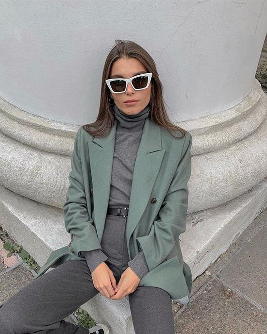 Những kiểu áo thun mỏng, phần body ôm sát được chọn để phối cùng blazer dáng rộng mang lại hình ảnh cá tính và hiện đại cho phái đẹp.